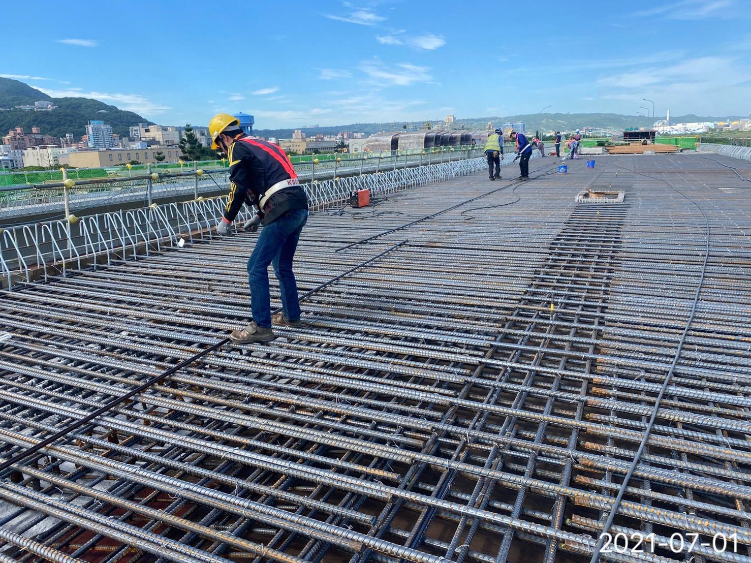 橋樑上構箱型樑橋面版鋼筋綁紮.