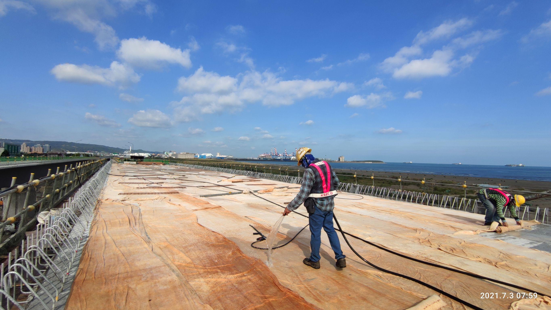 橋梁上構箱型樑橋面版RC澆置完成後,灑水養護.