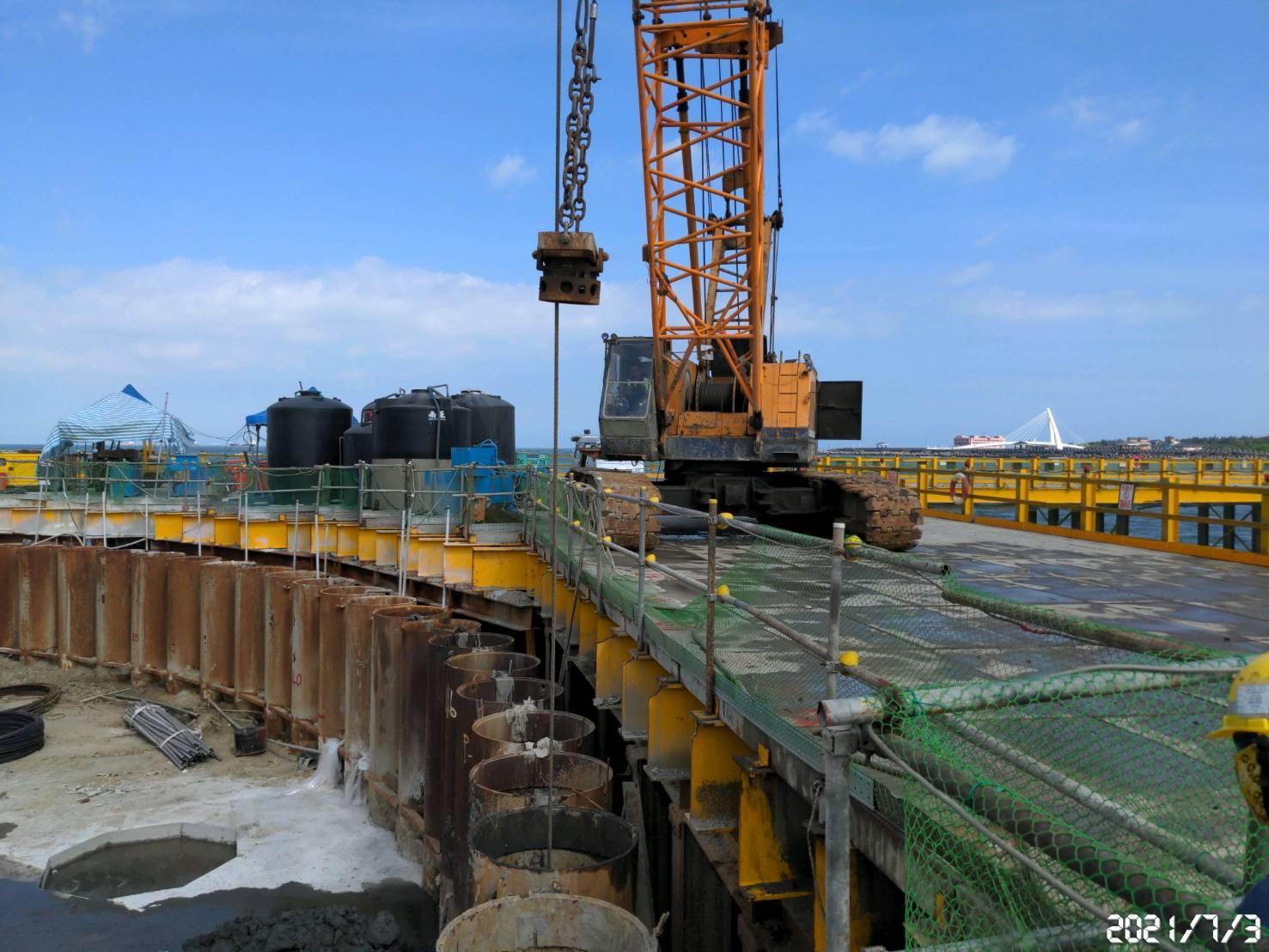 鋼管鈑樁管內取土作業.