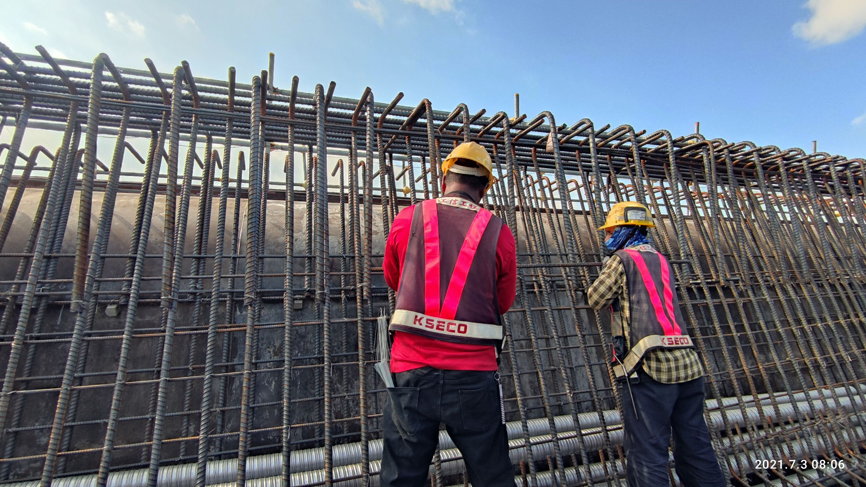 橋梁上構箱型樑底腹版鋼筋綁紮.