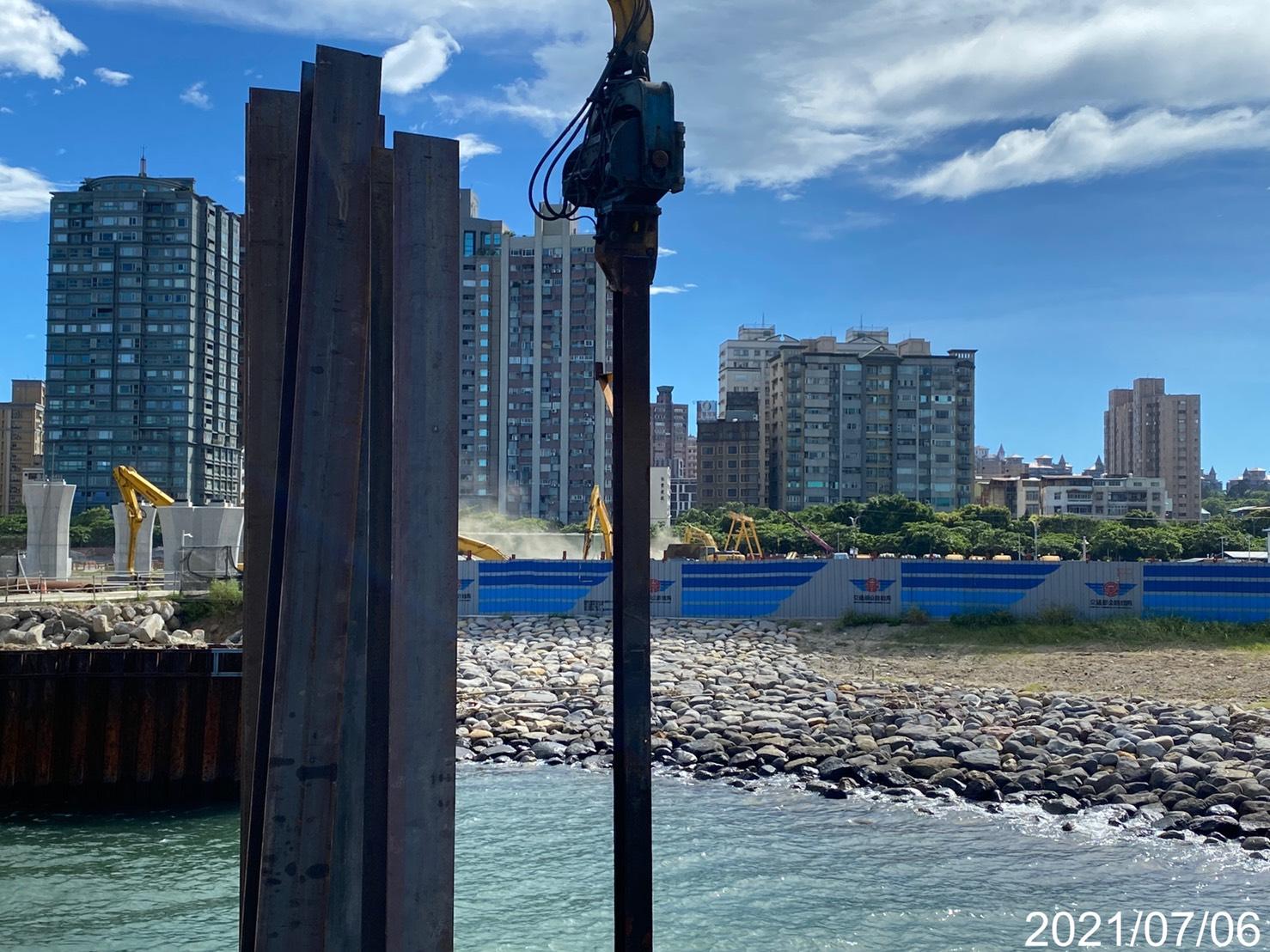 河中段施工構台立柱型鋼打設作業.