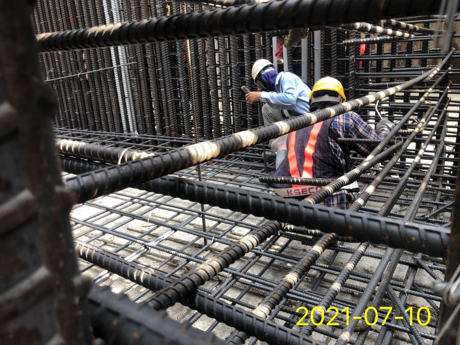橋墩墩柱樁帽鋼筋綁紮作業.