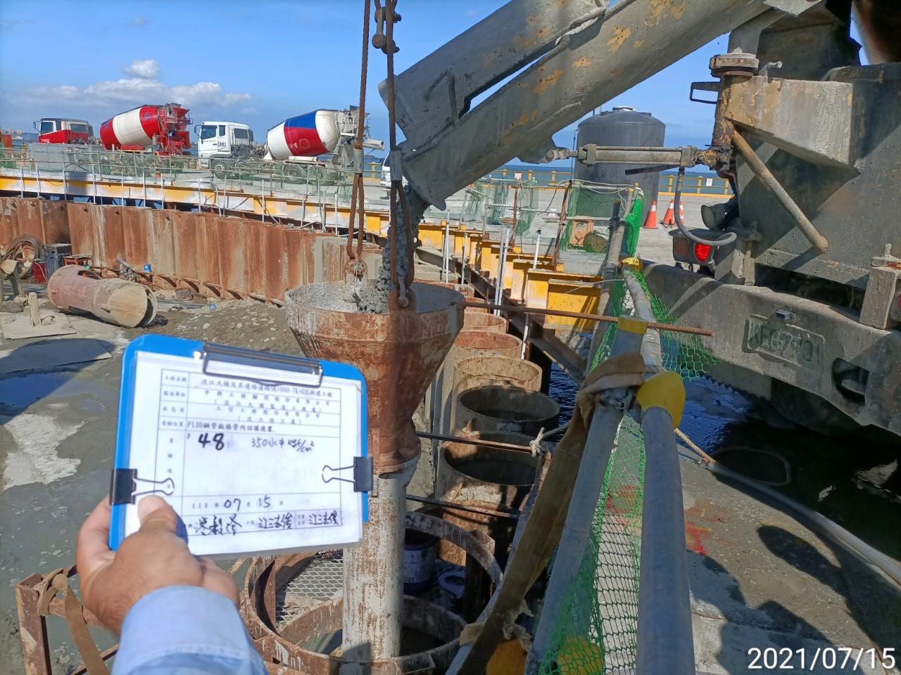 鋼管版樁內RC澆置作業.