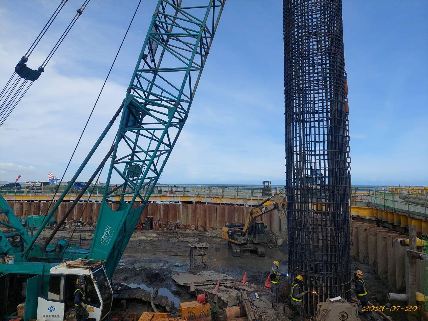 河中段基樁鋼筋籠吊放安裝作業.