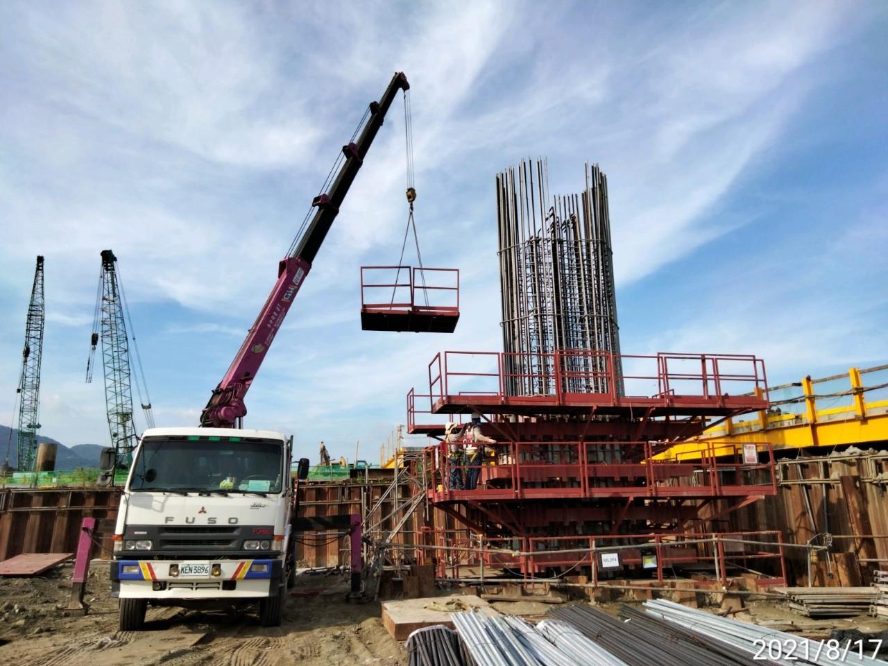 橋墩墩柱鋼模組立施工.