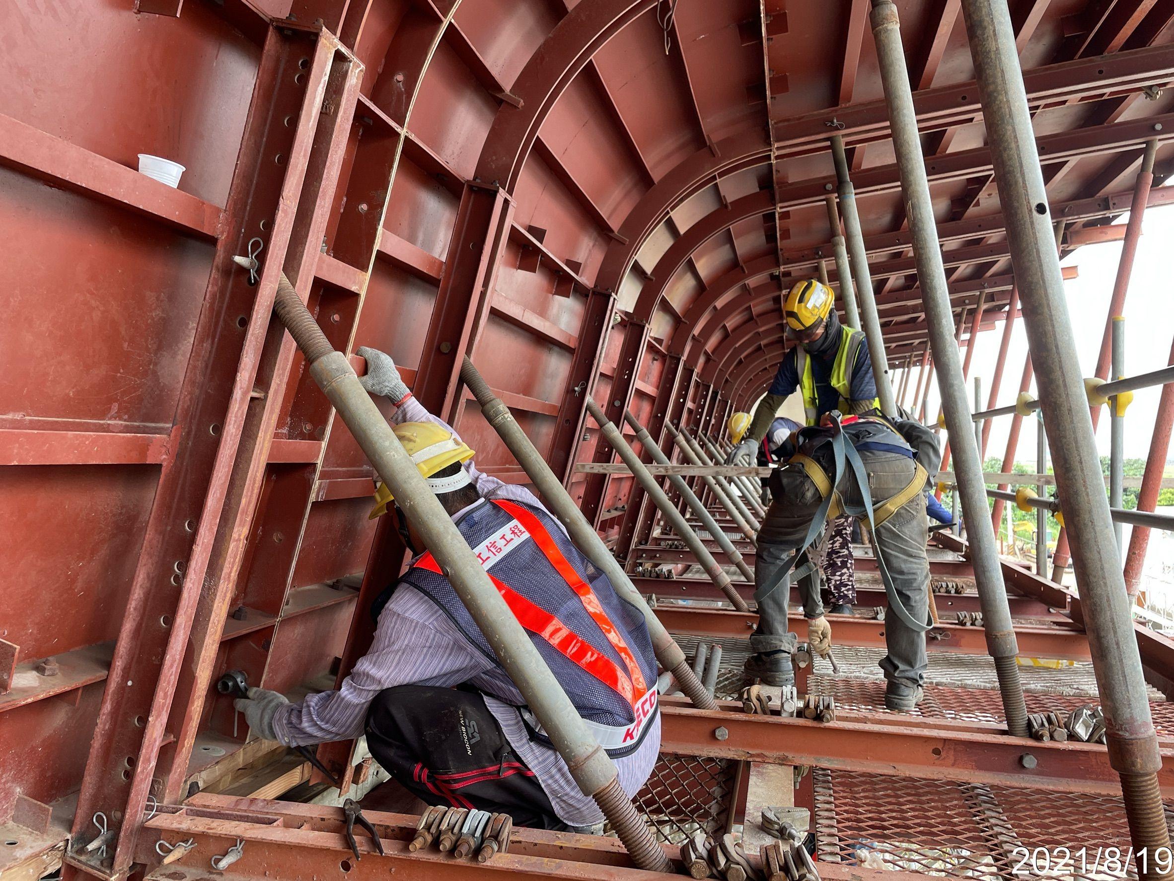 橋面板側翼鋼模組利施工.