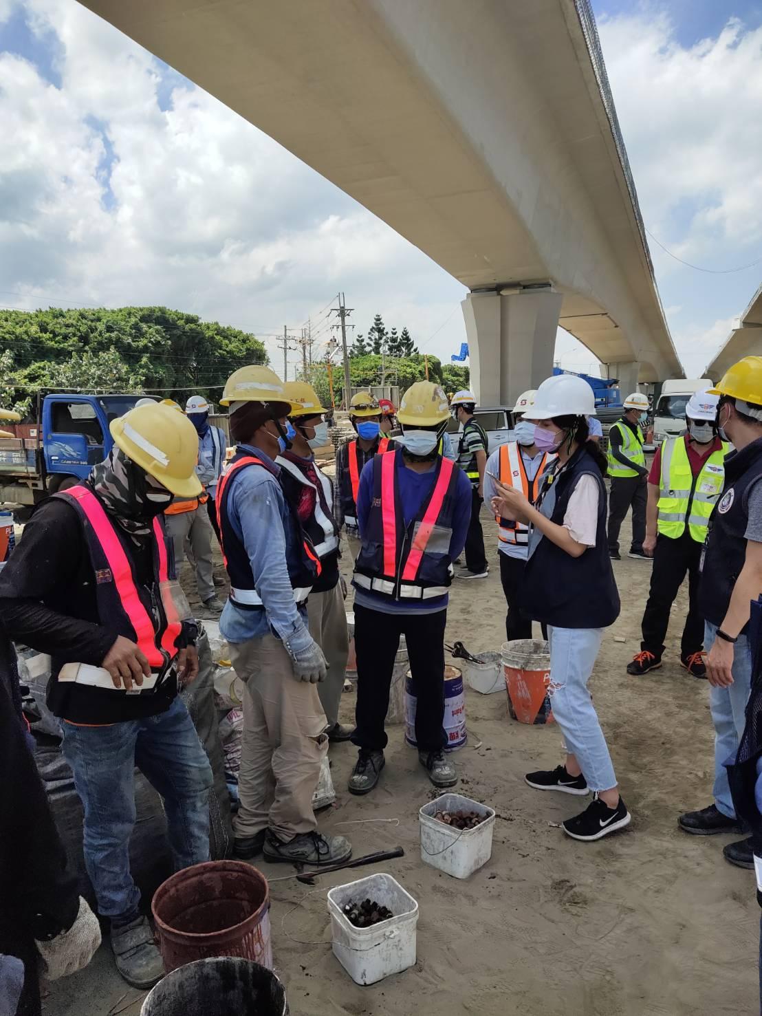 內政部移民署及新北市勞工局稽查外籍移工八里工區工作狀況.