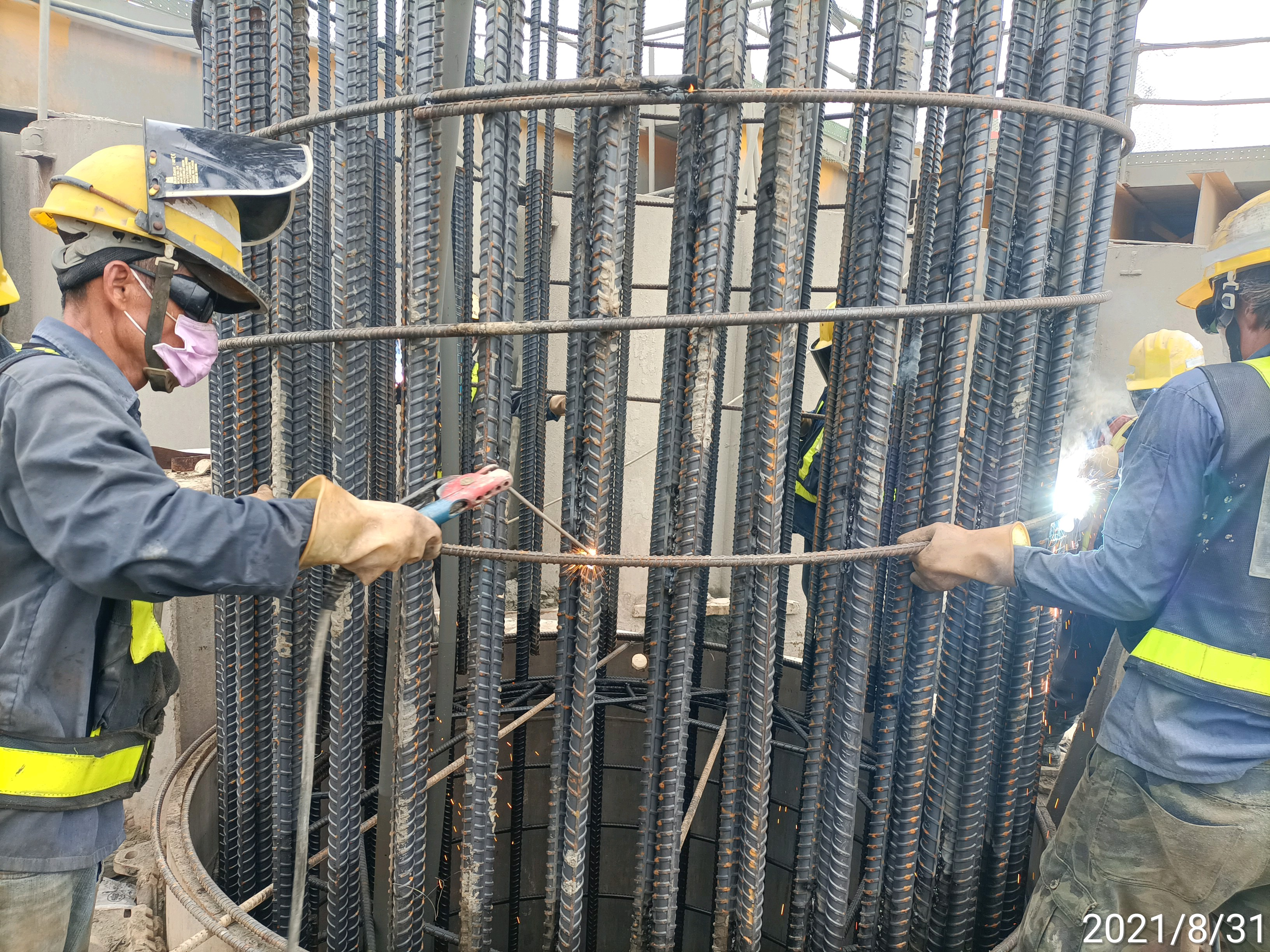 基樁鋼筋籠搭接處電焊作業.
