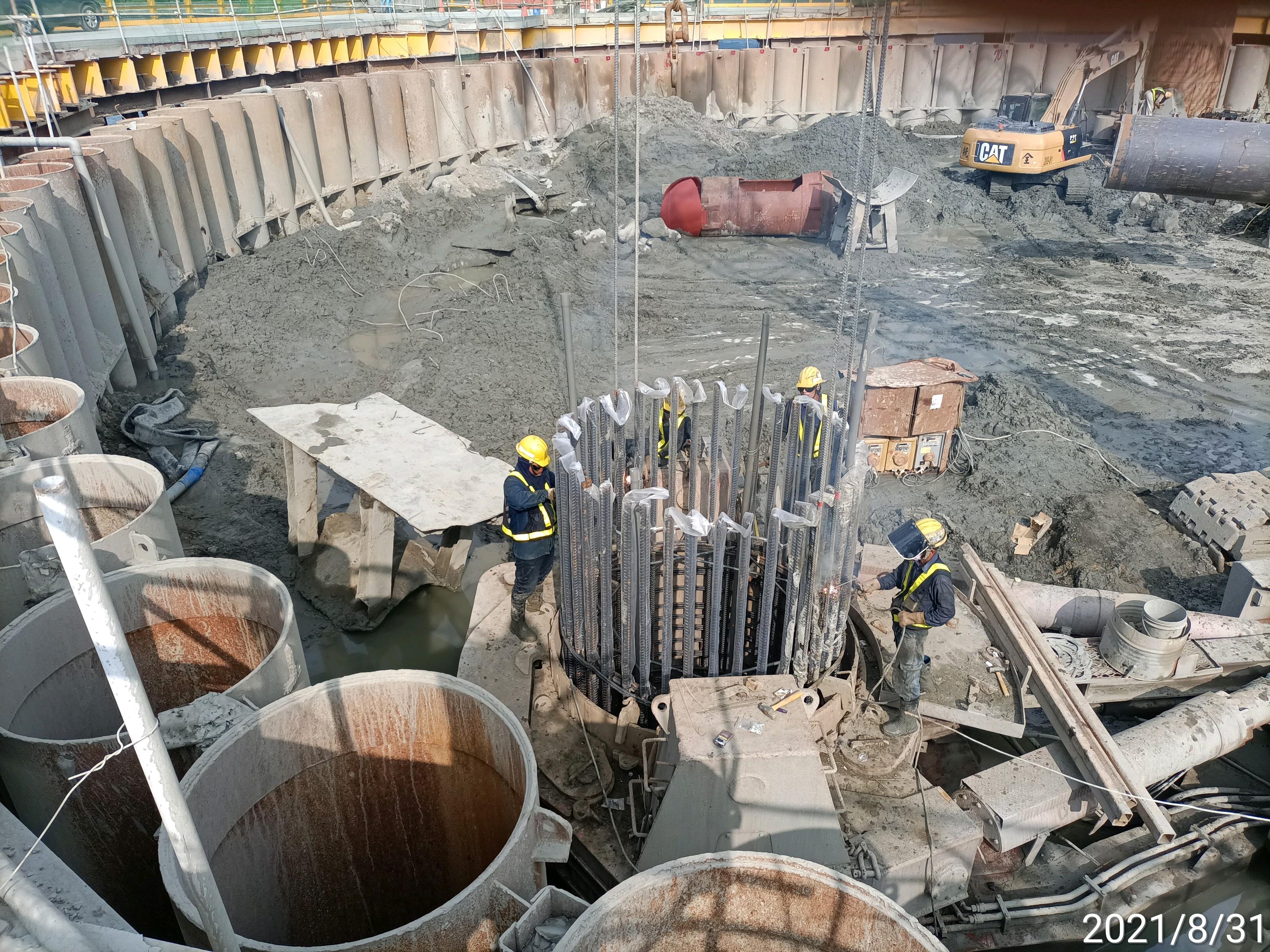 基樁鋼筋籠吊放安裝作業.