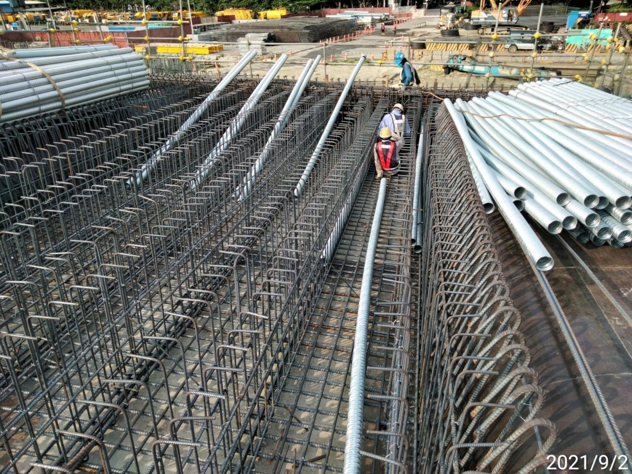上構箱型樑底腹板預力套管安裝作業.