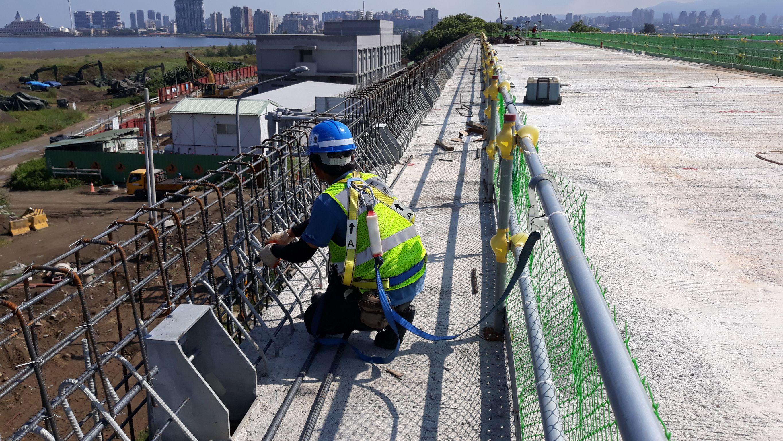 橋面護欄鋼筋綁紮施工.