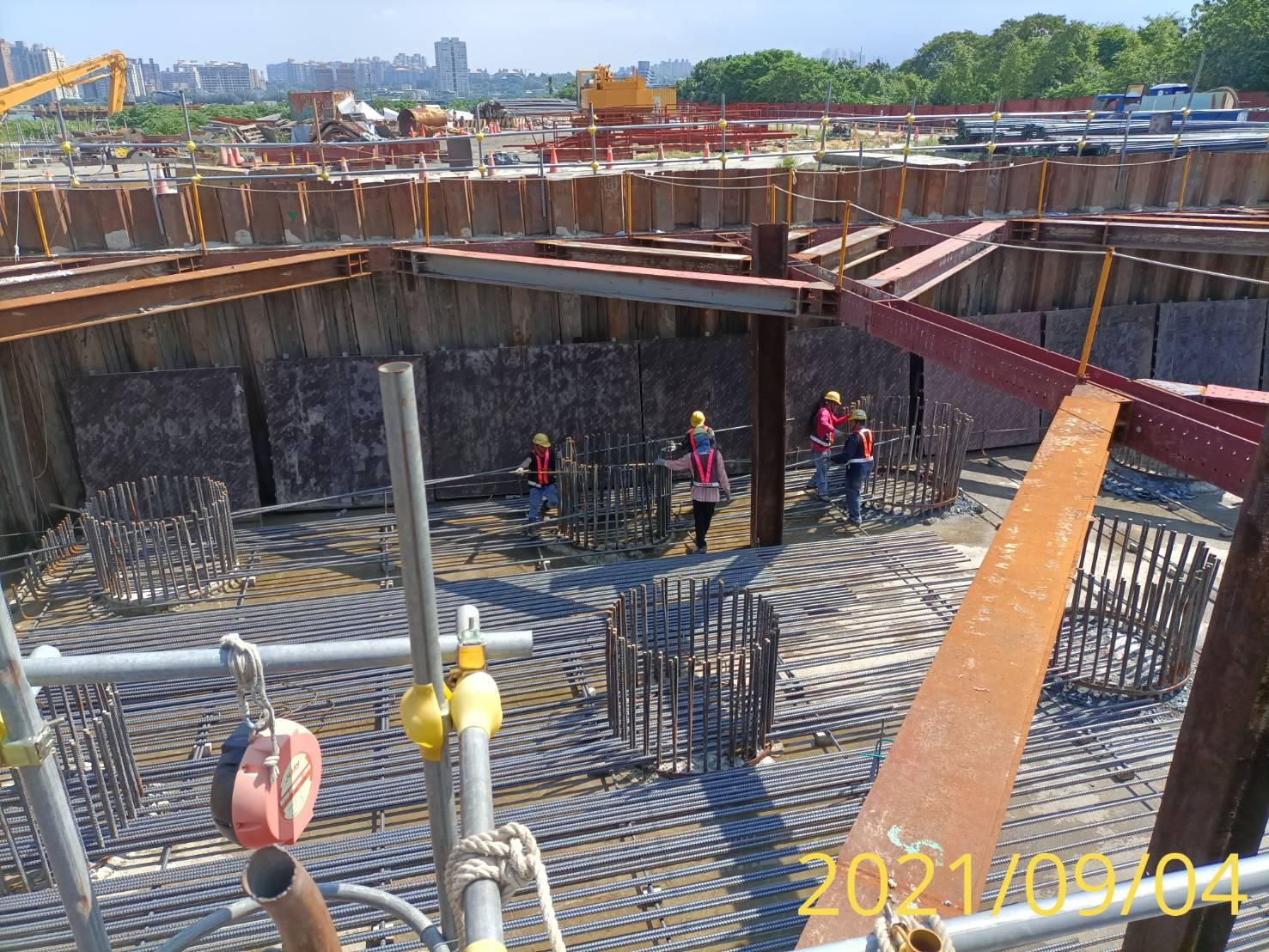 橋墩樁帽下層鋼筋組立施工.