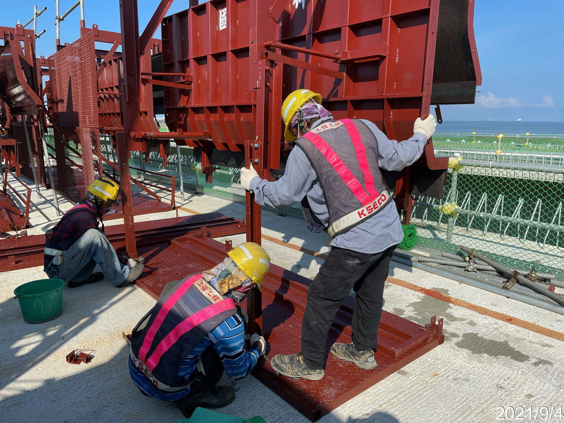 橋面護欄鋼模組立安裝.